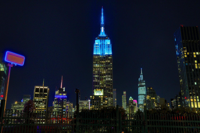 ジョン・レノン生誕80周年を記念して、スカイブルーにライトアップされたエンパイア・ステート・ビルディング