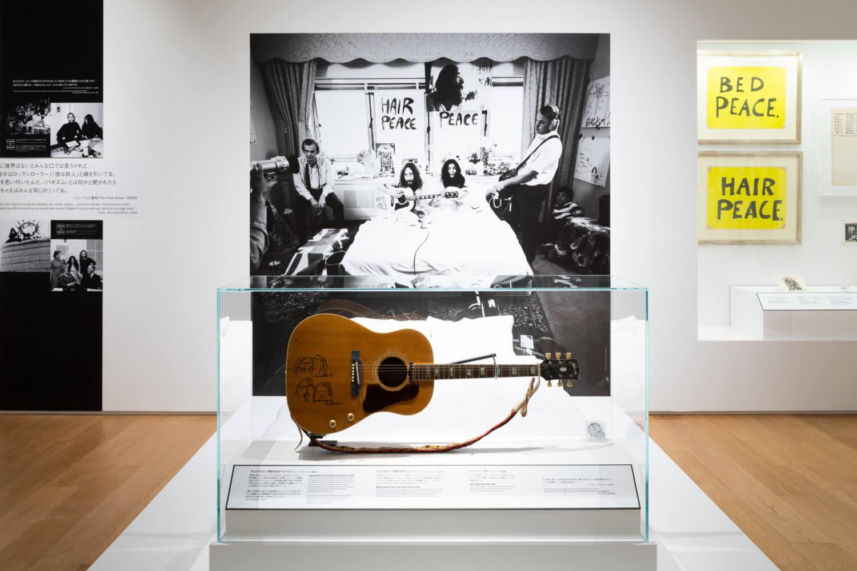 二人のイラストが書かれたギブソンのギター