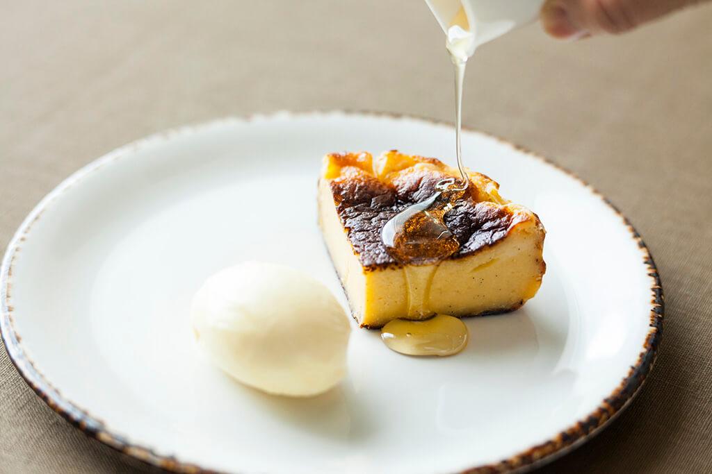 ウェールズ産チーズが香る 濃厚バスクチーズケーキ バニラアイスクリームとともに