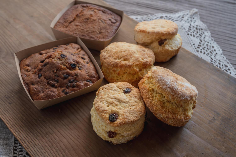 英国菓子ブリティッシュプディング 田舎の大きなスコーン&スティッキートフィーとギネスケーキのセット